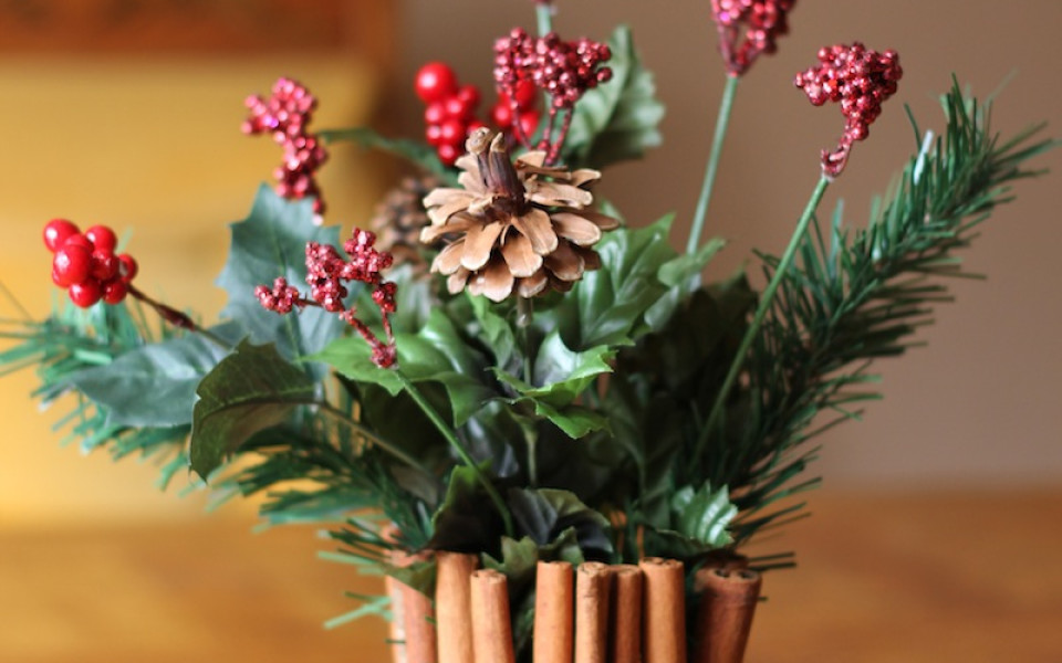 http://diybytiffany.com/wp-content/uploads/2013/12/Cinnamon-Stick-Floral-Centerpiece-for-Christmas-960x600_c.jpg