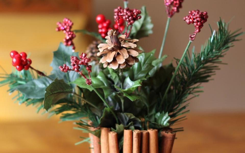 https://diybytiffany.com/wp-content/uploads/2013/12/Cinnamon-Stick-Floral-Centerpiece-for-Christmas-960x600_c.jpg