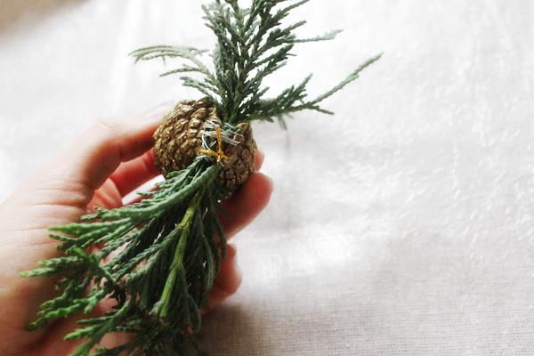 https://diybytiffany.com/wp-content/uploads/2013/12/diy-gift-wrap-sprigs-pinecones-attach.jpg